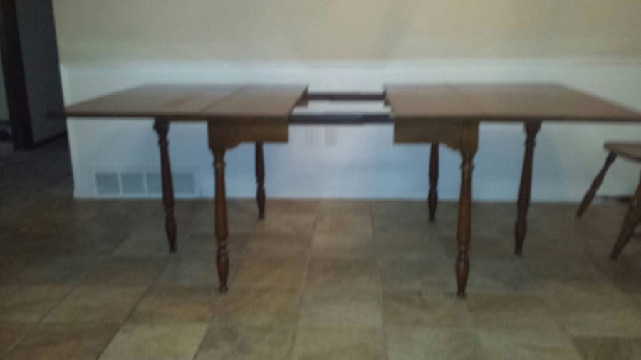 Solid wood table and chairs 20dbdef7-62d0-4ed6-bec4-101ea4adb4e5