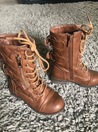pair of brown leather boots 2666 km