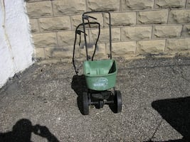 Scotts Basic Lawn/Salt Spreader $15