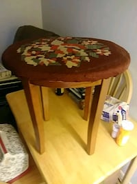 round brown wooden table with two chairs Frederick, 21702
