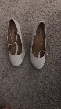 pair of white leather heeled shoes Vienna, 22182