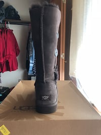 chocolate UGG Bailey Button boot with box