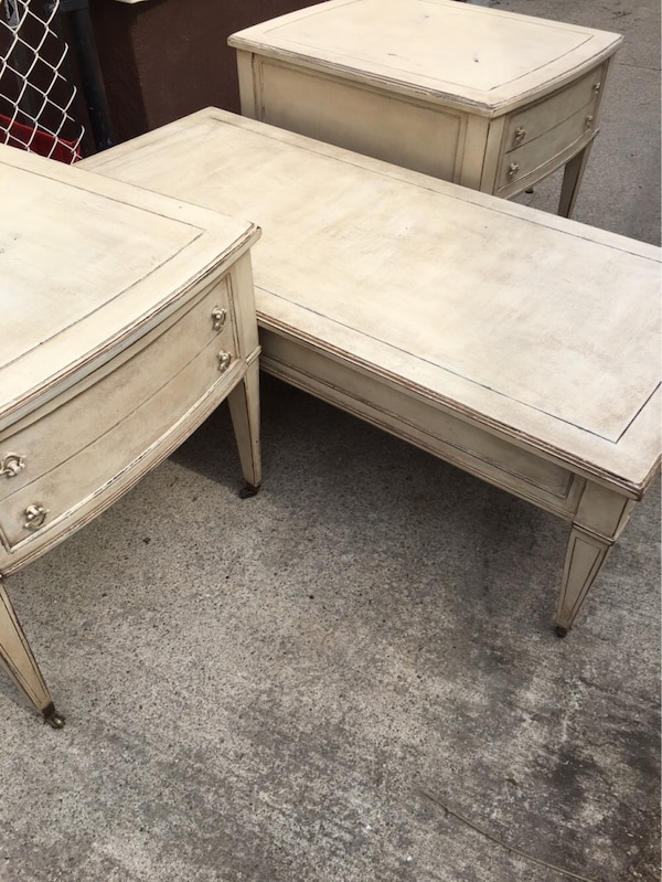 Coffee table with matching side tables f96723be-cbc1-4bb7-a91e-a5442d5bc240