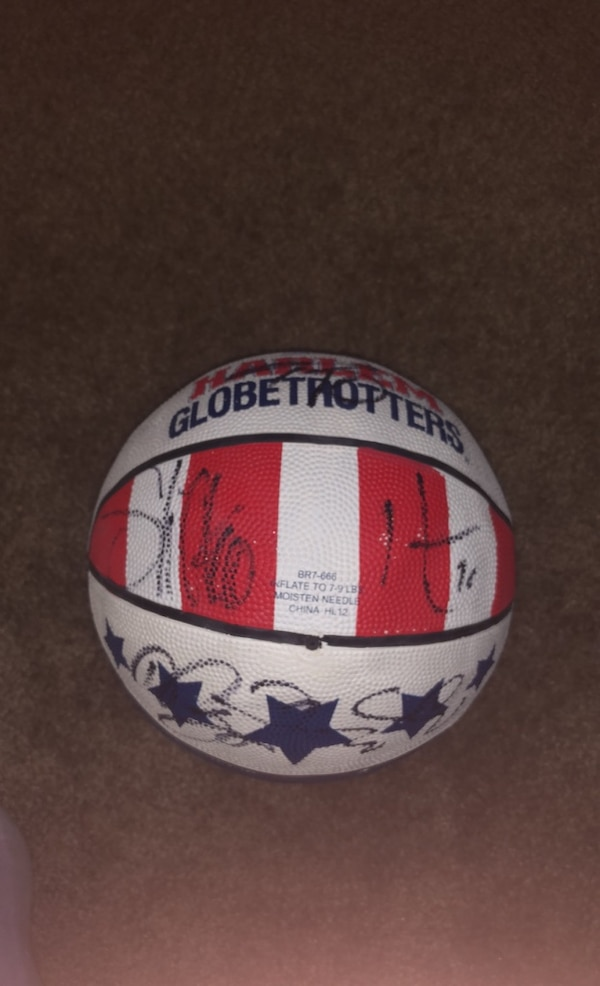 Basketball signed by all globe trotters  9fa217cf-06db-45a3-a392-56941a2a95cc