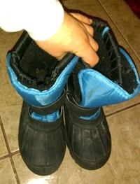 Snow boots size 4 good condition