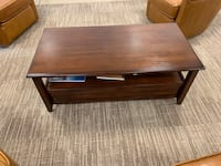 Coffee table - located in Fairfax Chantilly, 20152