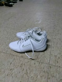 pair of white Nike low-top sneakers Dulac, 70353