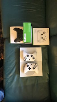 White xbox one with 4 wireless controllers