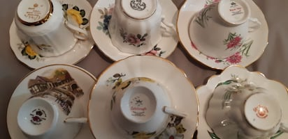 Vintage assorted mix of fine bone China cups an saucers. Made in England