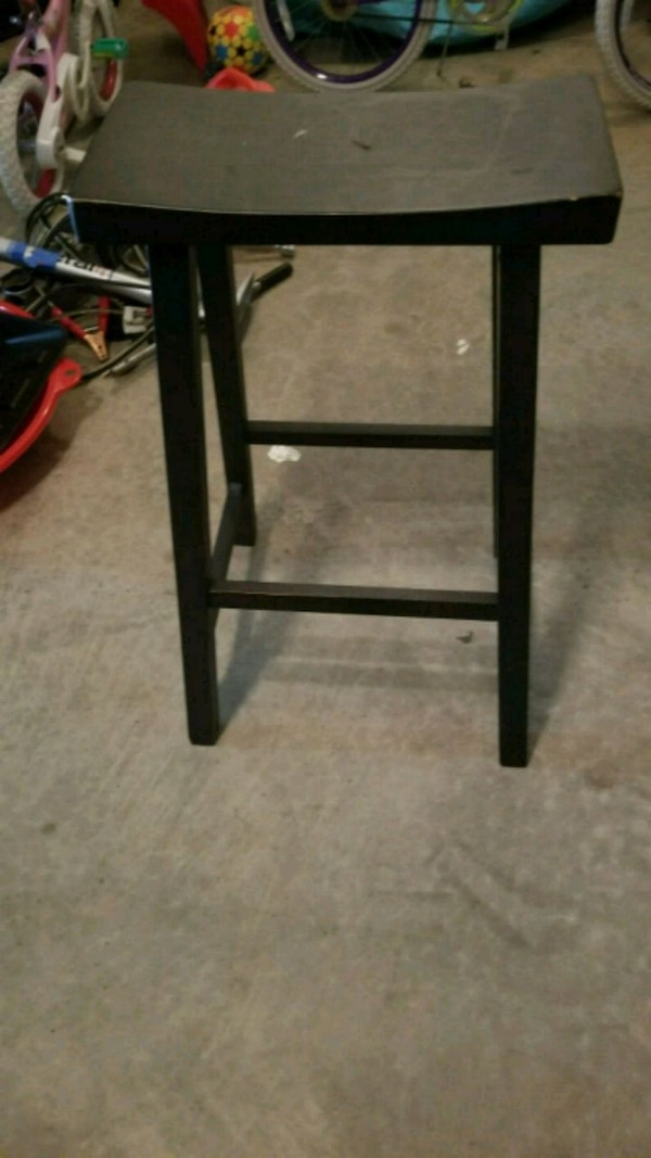 Counter height stool in black color. In great condition 91654a8b-c392-484d-8651-ab8d38312f8b