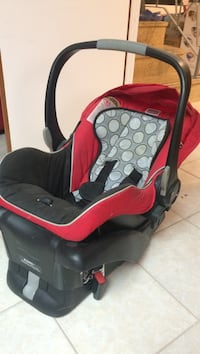 Baby's red and black car seat carrier Montréal, H3M 1E1
