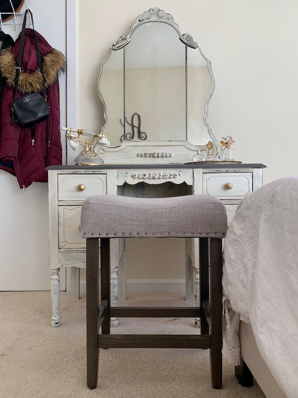 Antique Vanity with Stool dfce47c7-abdd-4463-830a-cfbd555aa17a