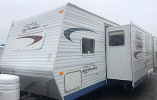 2005 Jayco Jay Flight 31 Ft. Good Shape, 10' Garage with Happi-jack Power Lift Queen Sized Bunk Beds