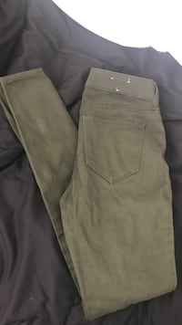 olive green skinny jean size 0 very stretchy never worn  Reno, 89521