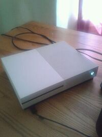 White xbox 1s (1tb) with controler and games 448 mi