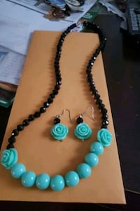 Light turquoise and black rose set