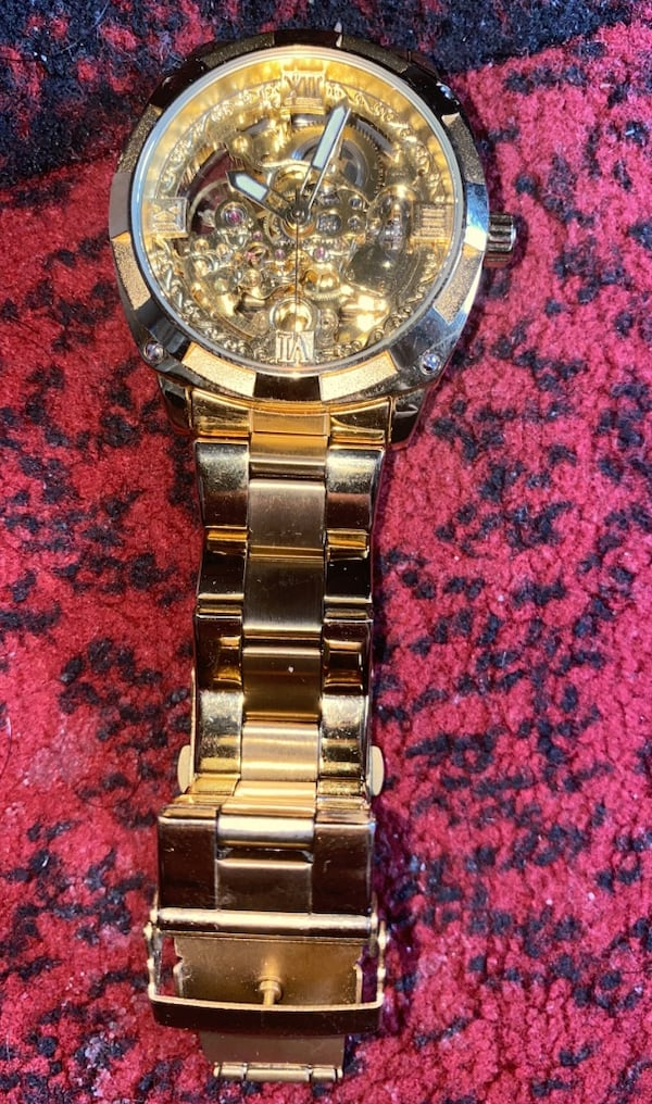 Gold watch  a521e920-967b-48cb-9ed2-ed5d32181182