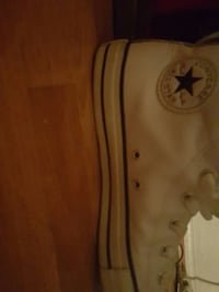 unpaired white Converse All-star shoe