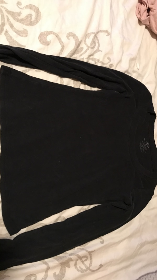 black crew-neck long-sleeved shirt