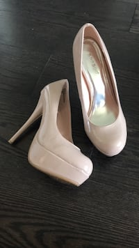 women's pair of white leather pumps West Lincoln, L0R