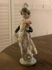 Lladro Valencian Girl with flowers - vintage Mc Lean, 22101