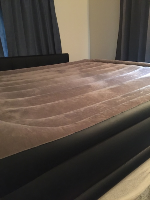 Queen size air inflatable mattress with built in pillow