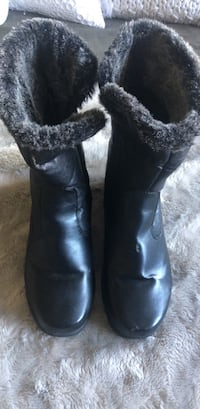 Pair of black snow boots Toronto, M6M 3L6