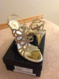 Brand new town shoes golden heels size 9.5 Calgary, T3A 5V8