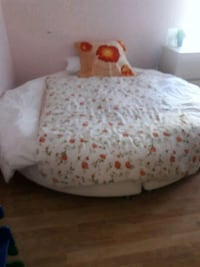 Round bed,with matress,very good shape Vancouver, 98661