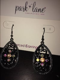 Multiple sets of earrings (o 10)