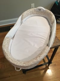 Baby's white and gray bassinet Madison, 06443