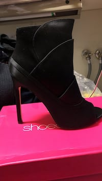 unpaired black leather stiletto bootie with box