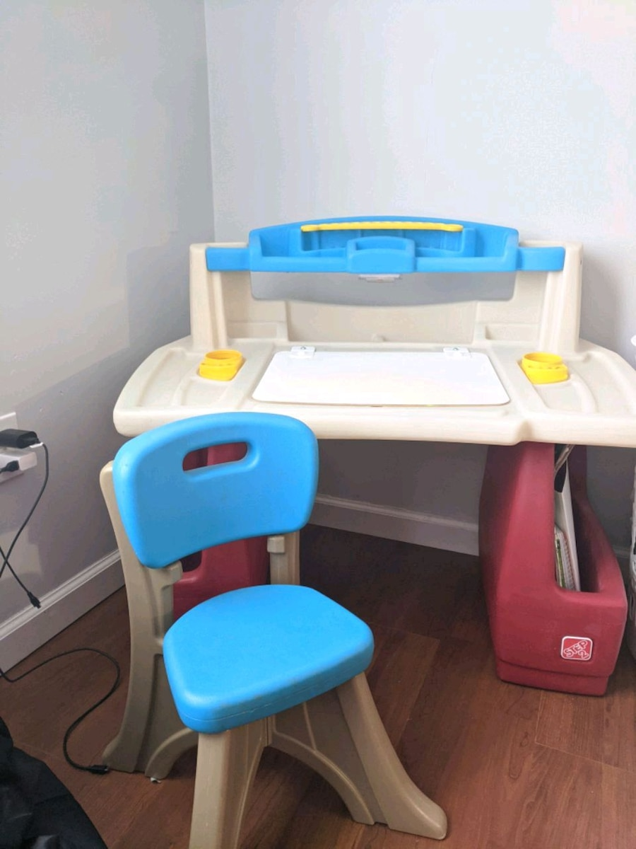 Photo Step2 Deluxe Art Master Desk Kids Art Table with Storage and Chair