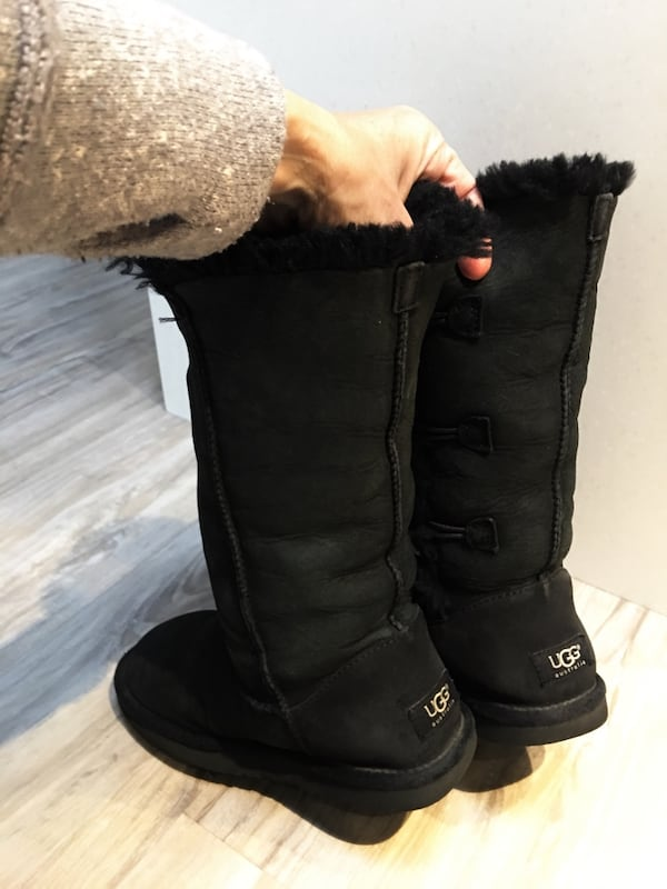 325$-tall uggs size 5.5/6 gently used come from clean smoke free home da97d3ea-a1cd-4c82-9b75-4508ee9a773d