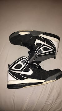 pair of black-and-white Nike basketball shoes Moore, 73160