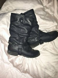 pair of black leather boots West Kelowna, V4T 1K7