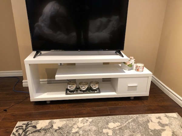 White Tv stand 4e431781-40be-4e48-b7fc-1eb558d6fb84