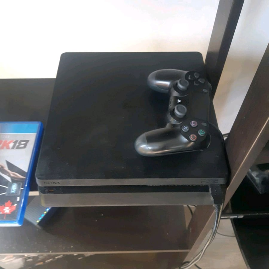 Playstation 4 + 3 games + controller
