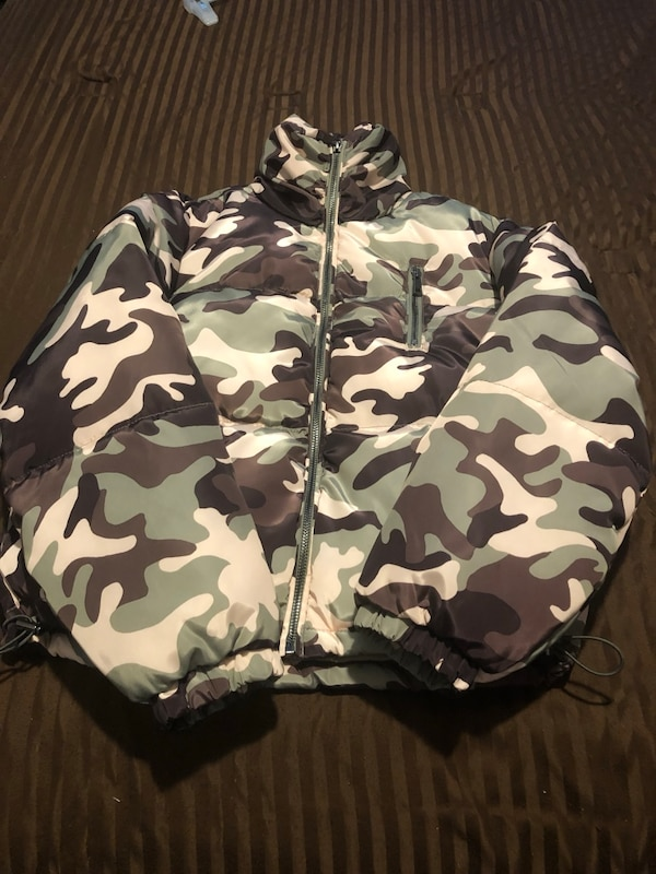 432d003f4f8e5 Used Camouflage jacket SMALL New for sale in Pueblo - letgo
