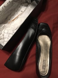 Brand new W 8.5 Kenneth Cole black leather flats 20912