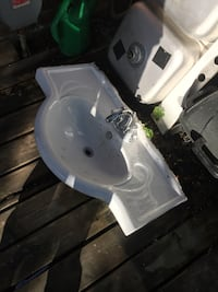 white ceramic sink with faucet Pickering, L1V