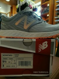 unpaired gray and white New Balance running shoe w
