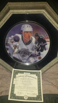 Wayne Gretzky collectable plate with authenticity