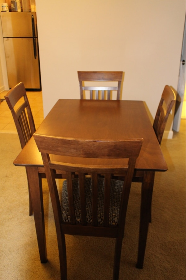 Dining table and 4 chairs 3346c167-e230-41b7-a221-1e7a95cc631f
