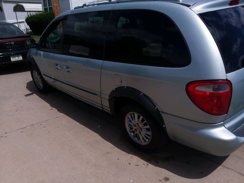 2001 - Chrysler - Town and Country Handicap Van d9430973-519f-4acb-80dd-a019346dfe9f