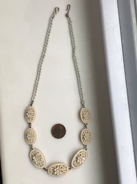 Lovely Vintage white necklace - excellent condition