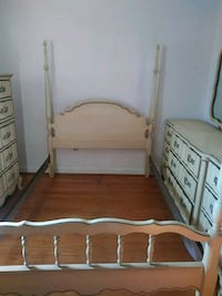 Beautiful off white full size bed set with older look from the fifties Norfolk, 23503