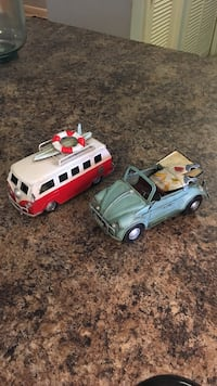 white and red Van and blue Volkswagen Convertible Classic Beetle die-cast scale model 790 mi