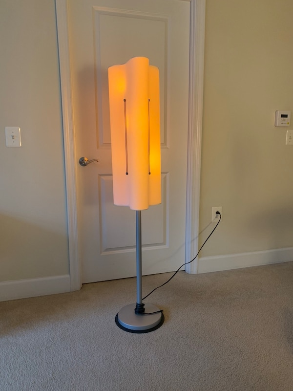 Floor lamp in excellent condition. Pick up or delivery