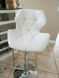 white and gray padded chair 872 mi